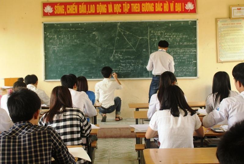 Năm nay, hầu hết các môn thi theo hình thức trắc nghiệm nên việc chuẩn bị ngân hàng câu hỏi để học sinh làm quen của các trường gặp không ít khó khăn