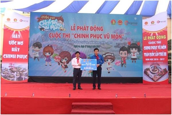 Ông Nguyễn Ngọc Thủy– Chủ tịch Hội đồng Quản trị, Tổng giám đốc Tập đoàn Egroup thay mặt BTC lên trao tặng số tiền ủng hộ.