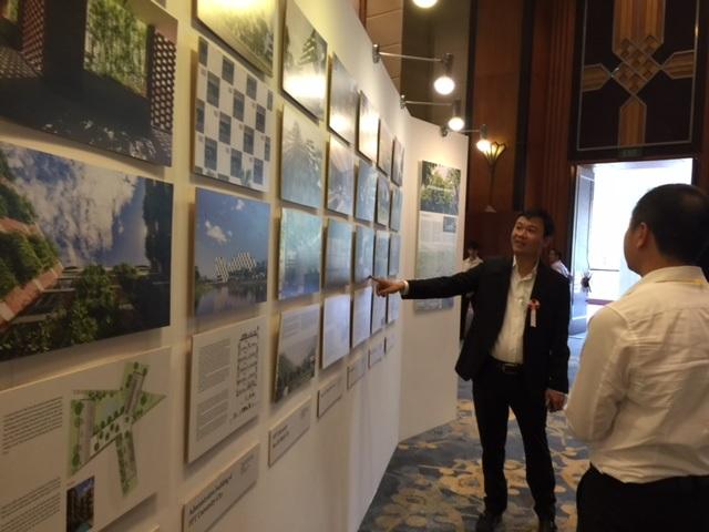 KTS. Võ Trọng Nghĩa trả lời các thắc mắc của khách tham quan về các công trình kiến trúc xanh mà KTS và các cộng sự thực hiện.