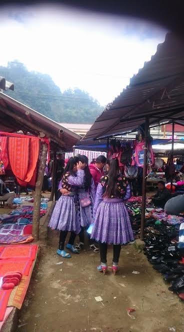 Đông nhất vẫn là khu váy áo. Người Mông Trắng, Mông Hoa, Mông Đen đều có cách ăn mặc khác nhau .