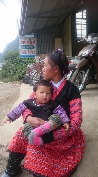 Người phụ nữ ngóng chờ chồng về bản xa hơn 30km bằng xe máy.