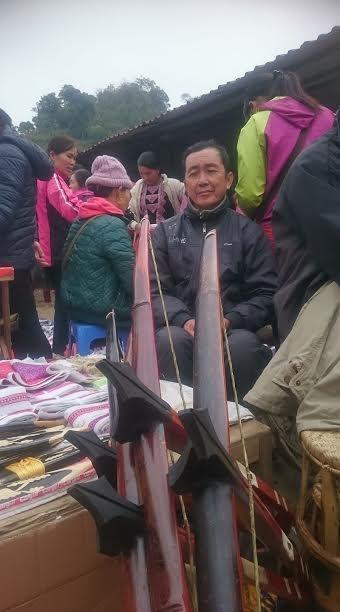 Khu đồ bán mây tre đan thu hút người mua.