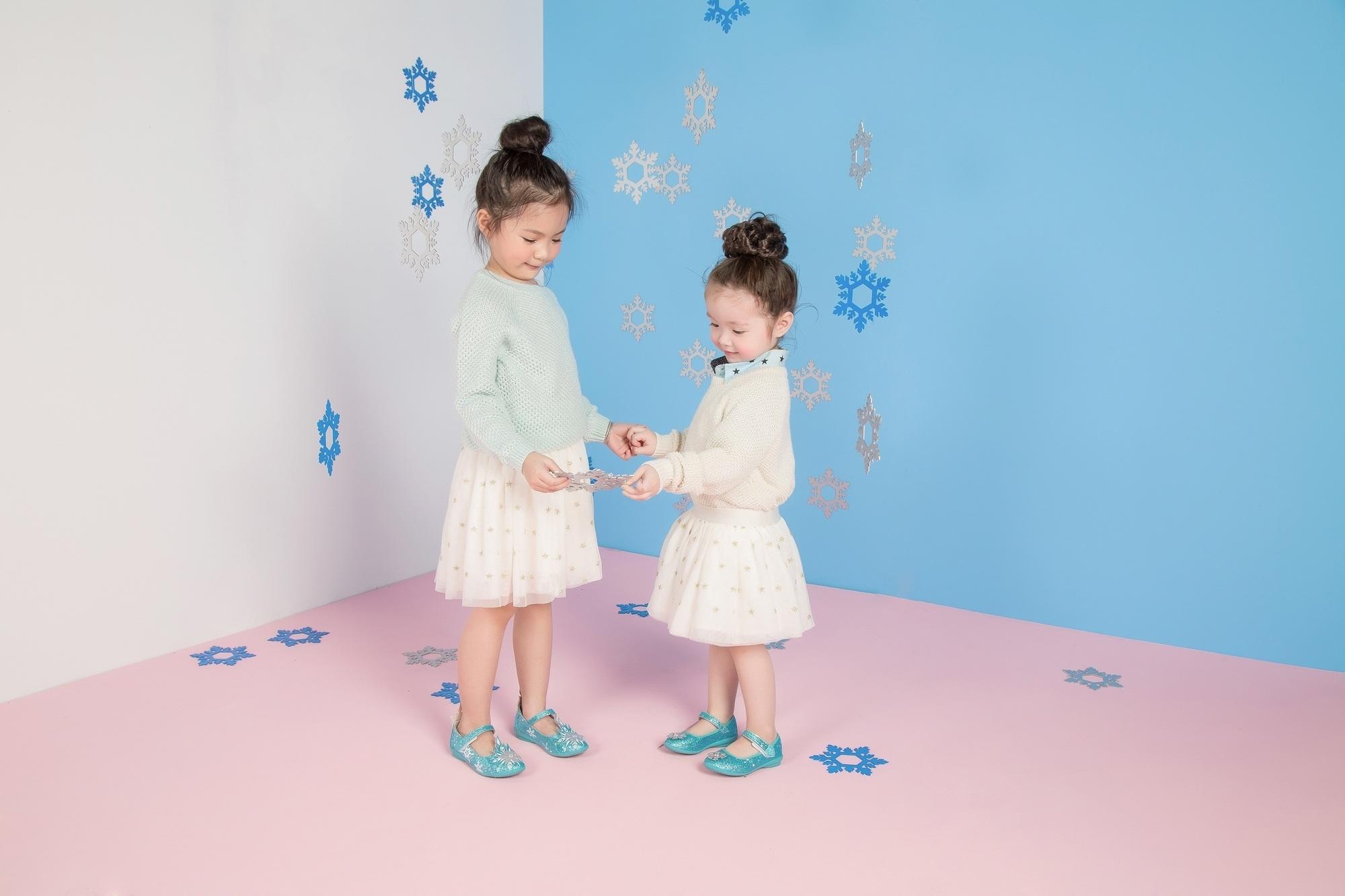 Xuất hiện cùng Cadie trong bộ ảnh Giáng sinh là người mẫu nhí Đông Nghi.