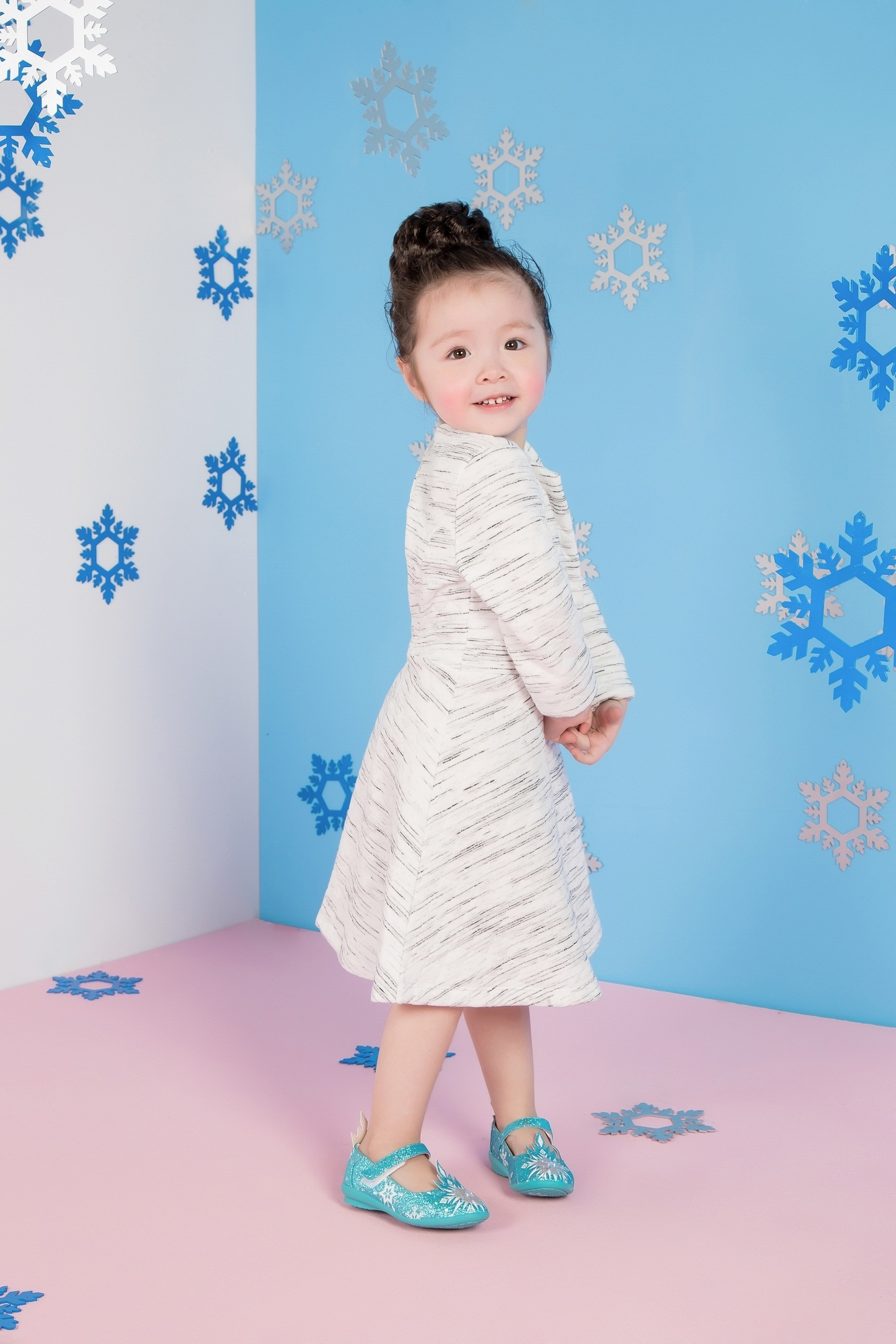 """Cadie Mộc Trà """"đốn tim"""" với ảnh Giáng sinh tựa công chúa Elsa - 7"""