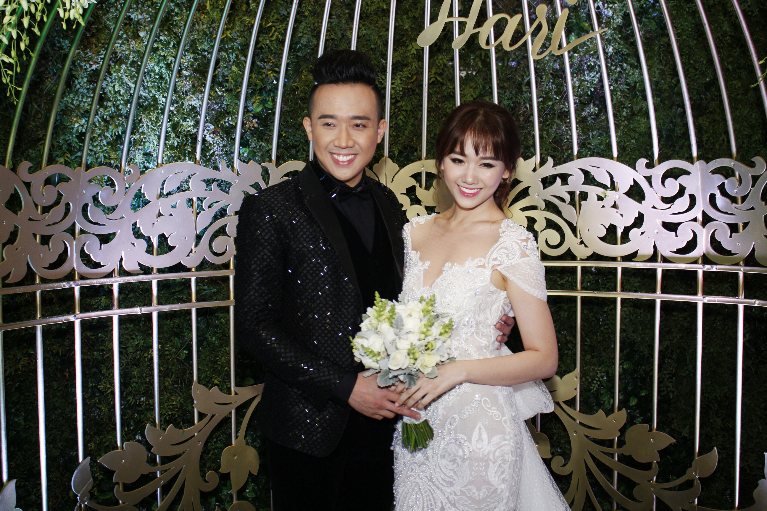 Khoảng 18h30', Hari Won xuất hiện lộng lẫy trong bộ soiree trắng.