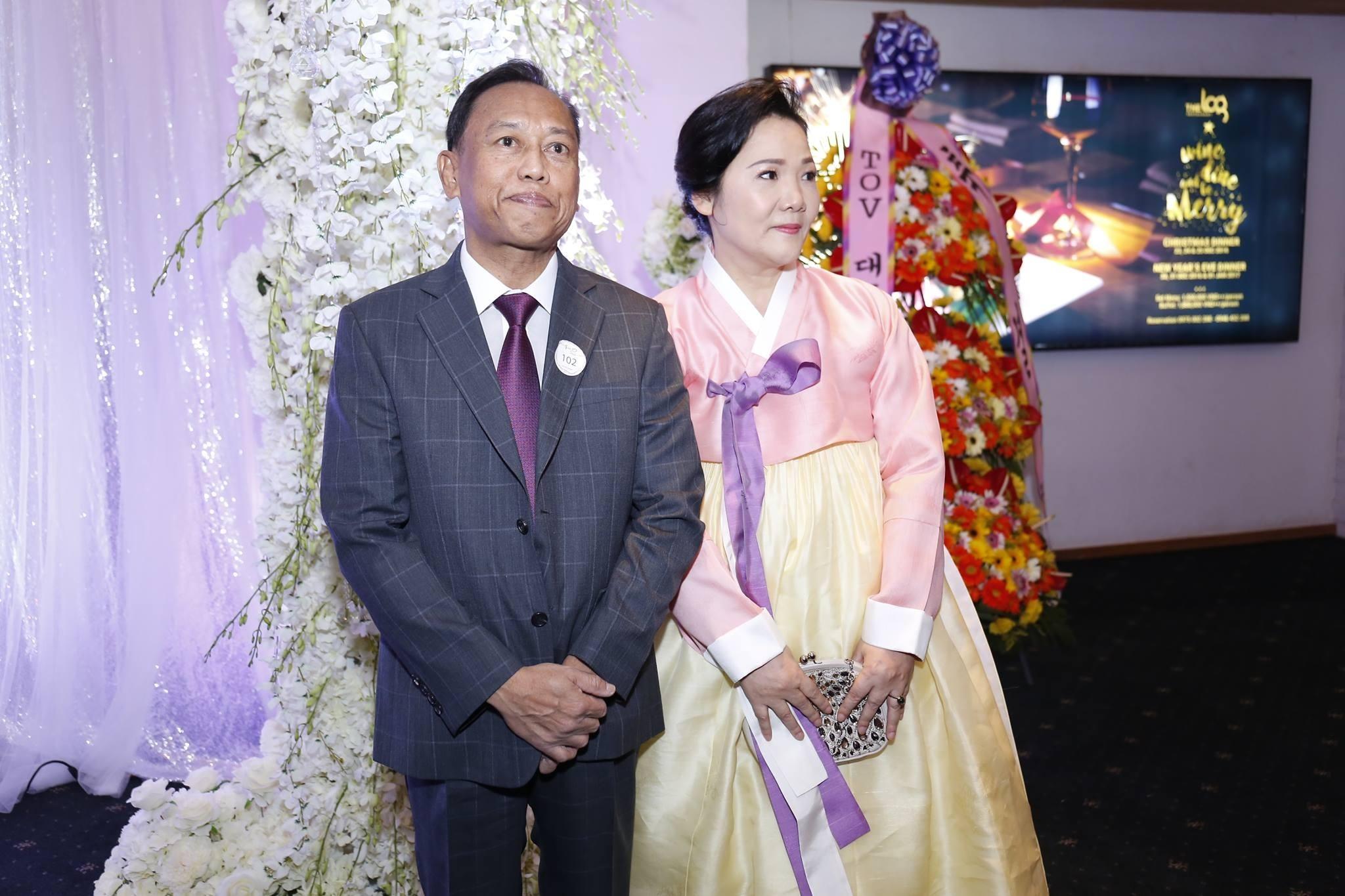 Bố mẹ ruột Hari Won xuất hiện trong đám cưới của con gái.
