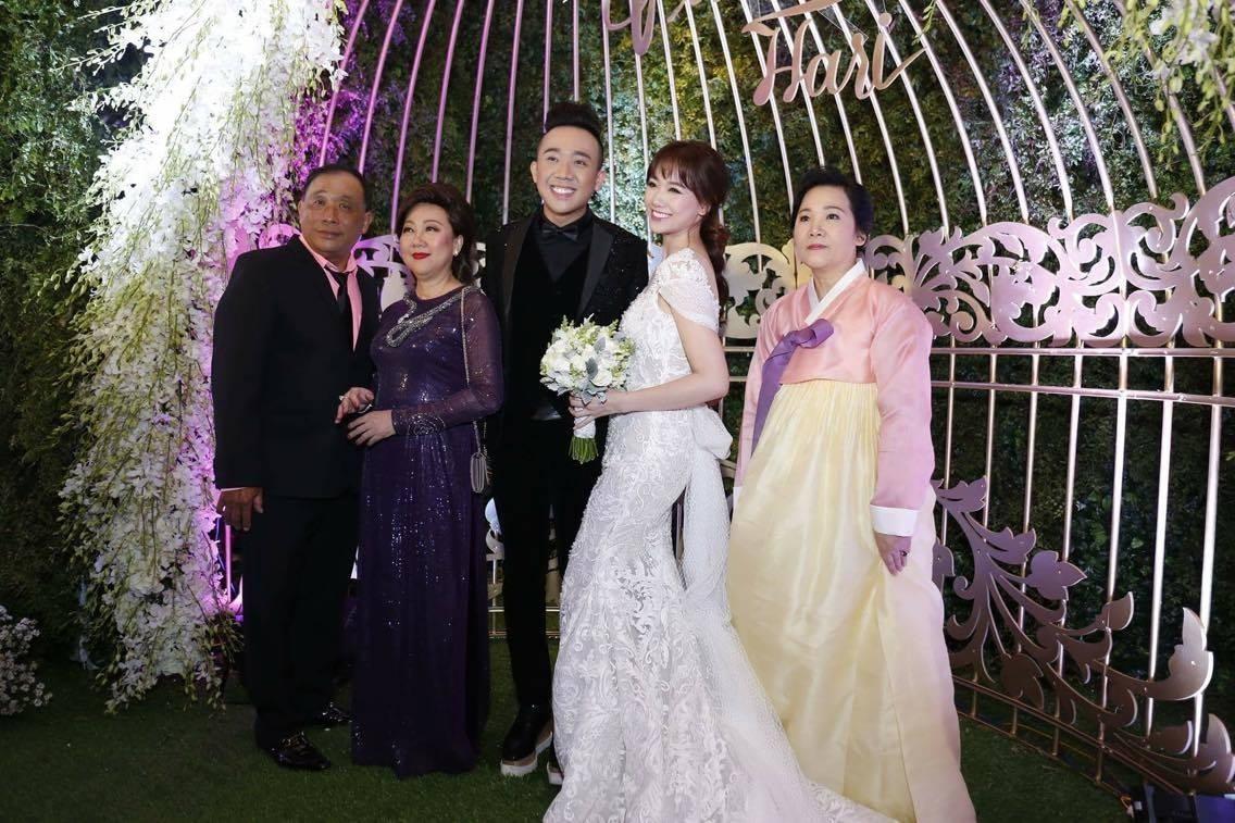 Trấn Thành - Hari Won tươi tắn bên bố mẹ.