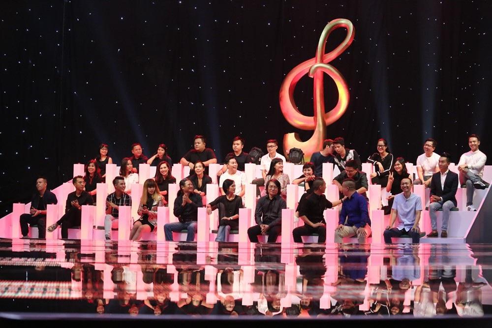 Các thí sinh lần lượt trình diễn trên Sing My Song ca khúc của mình trước Hội đồng giám khảo chuyên môn 31 người.