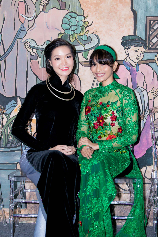 """Với Hoa hậu Thùy Dung (bên trái), năm 2017, cô tiếp tục tập trung việc kinh doanh riêng cùng gia đình và có nhiều ý tưởng nghệ thuật. Cô cũng đang suy nghĩ về việc đi đóng phim. """"Biết đâu đó, nếu có cơ hội phù hợp tôi sẽ thử sức"""", cô nói."""