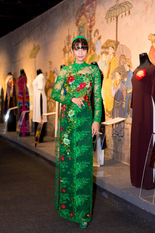Trương Thị May diện bộ áo dài xanh, chất liệu ren xuyên thấu. Đây là lần đầu tiên Trương Thị May diện áo dài có hơi hướng gợi cảm.