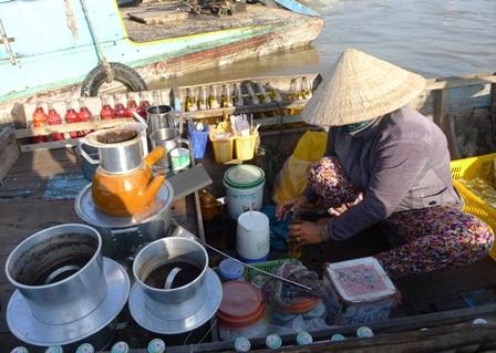 Quầy nước giải khá của chị Hạnh gần như bán không kịp cho du khách và khách thương hồ