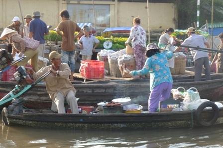 Những nồi súp, lò than... người bán hết sức cẩn thận mỗi khi di chuyển