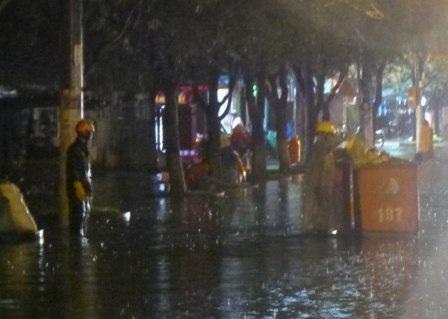 Công nhân lấy rác trong trời mưa