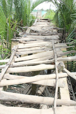 Cây cầu Gạch Bùn già cỗi là nỗi ám ảnh cho hàng trăm em học sinh và người già mỗi khi qua cầu