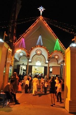Lúc này nhiều nhà thờ chuẩn bị thánh lễ mừng chúa giáng sinh