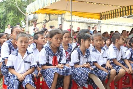 Các em học sinh tiểu học Mỹ An đến rất sớm để dự lễ khánh thành cầu Khuyến học và Dân trí