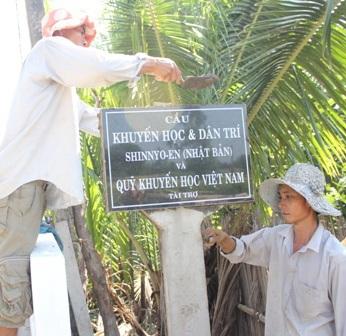 Sau hơn 60 ngày cầu Gạch Bùn hoàn thành và được đặt tên cầu Khuyến học và Dân trí