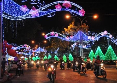 Tuyến đường đèn nghệ thuật - Đại lộ Hòa Bình thu hút nhiều người dân đổ mỗi lúc một đông hơn