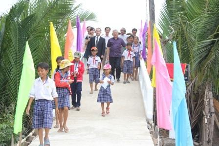Các em học sinh vui mừng khi đi trên cây cầu mới vững chắc