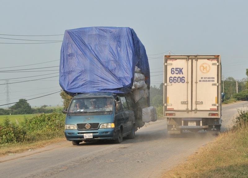 Và cả những ô tô tải cũng vượt tải, quá khổ... khi chở hàng