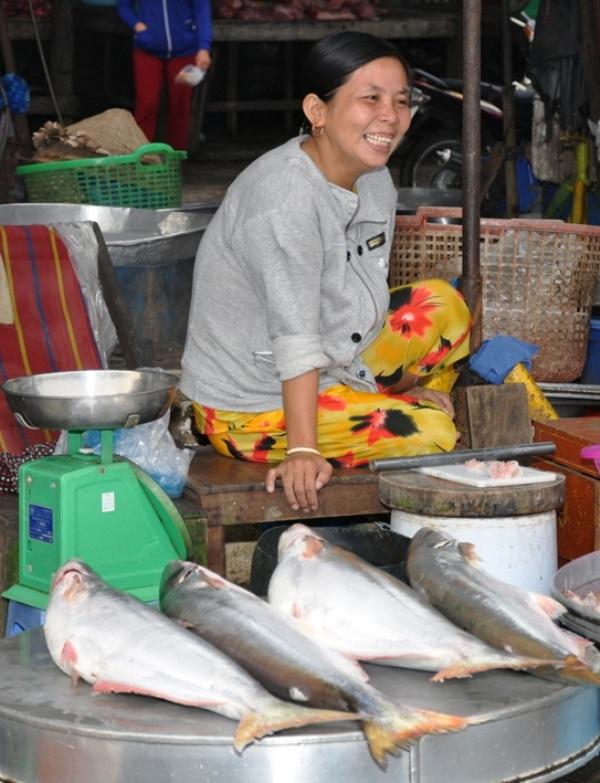 Khi cá bông lau ra tới chợ, giá tiếp tục tăng lên từ 200.000 - 300.000 đồng/kg