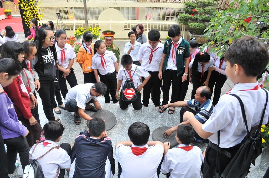 Đông đảo các em học sinh rất thích trò chơi dân gian tu na (pháo đất)