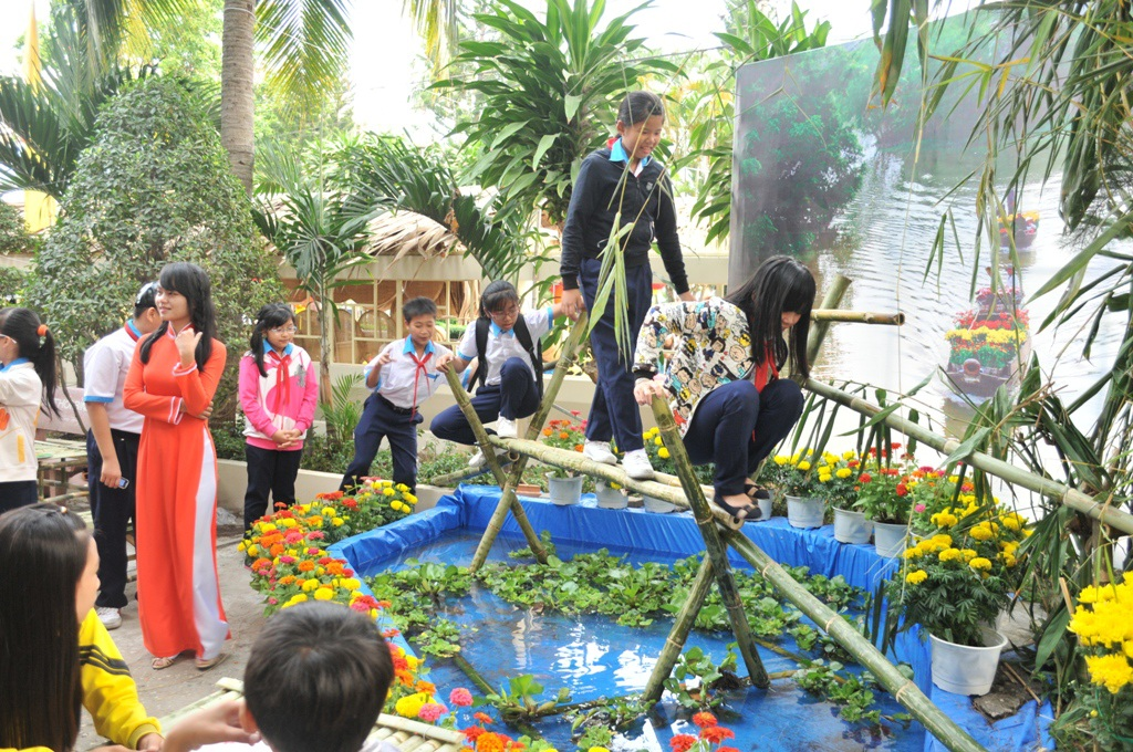 Đông đảo các em học sinh tỏ ra thích thú khi đi qua cầu tre