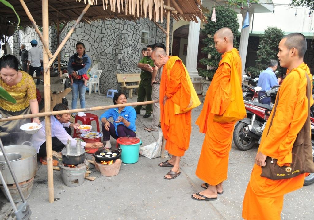 Các sư cũng đến tham quan ngày hội tết quê giữa thành phố