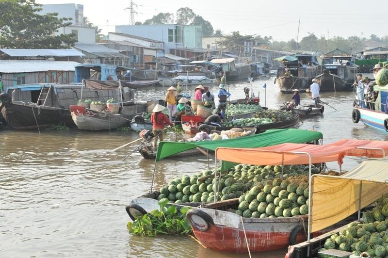 Những chiếc ghe chở dưa hấu đầy ấp ở chợ nổi chờ chưa được giải phóng