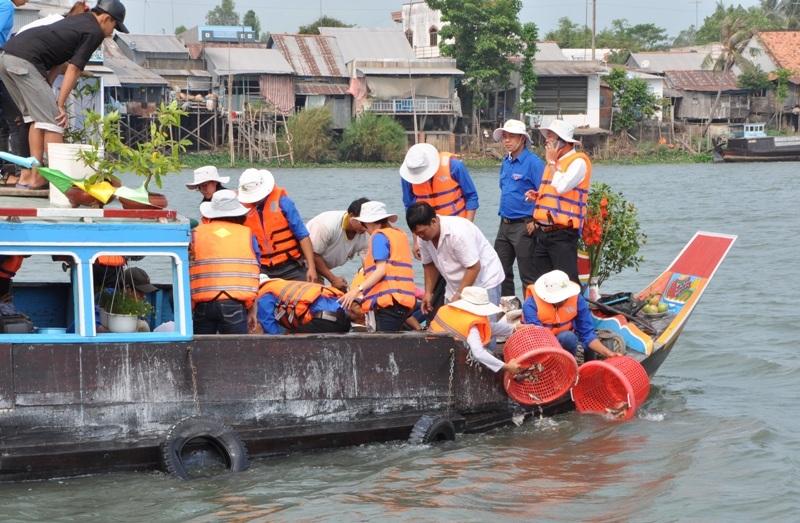 Ngay sau lễ phát động, BTC thả hơn 20.914kg cá giống và các thịt với hơn 836.520 về sông Tiền