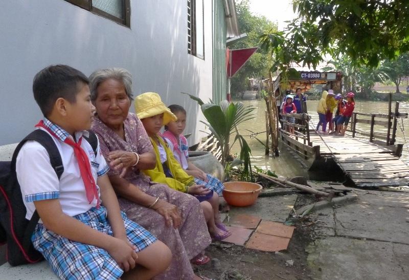 Những lúc rảnh rỗi, cụ Sáng ra bến đò kể chuyện cho các em học sinh nghe.