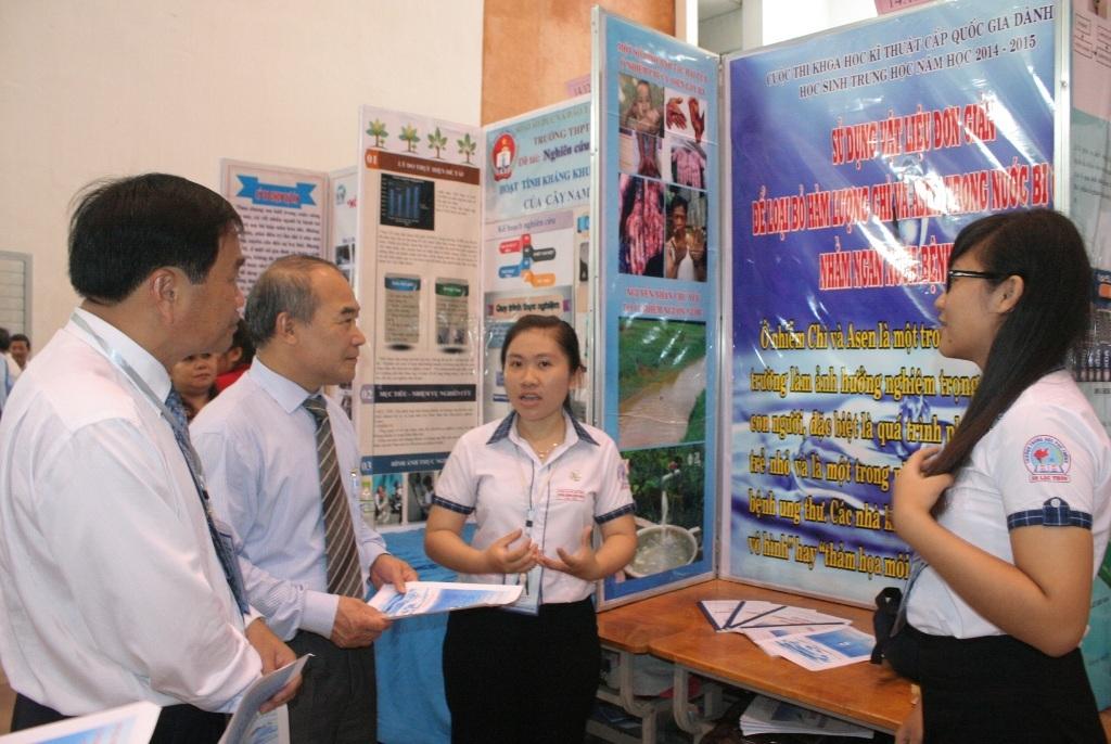 Thứ trưởng Bộ GD-ĐT Nguyễn Vinh Hiển tham quan các gian hàng trưng bày tại hội thi