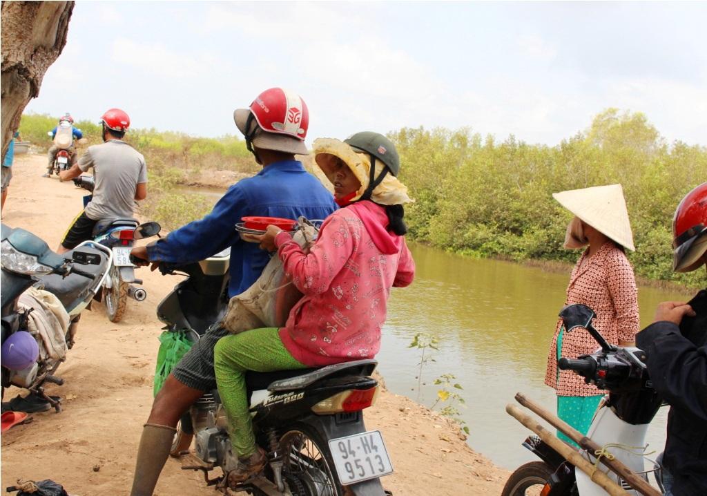 Một buổi cào từ 3 -4 tiếng là ngư dân mang chiến lợi phẩm đến bán cho các thương lái