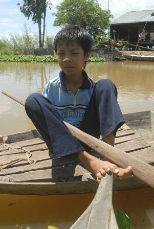 Ngay từ nhỏ, Minh Trí đã luyện đôi chân của mình có thể làm được mọi việc kể cả việc bơi xuồng