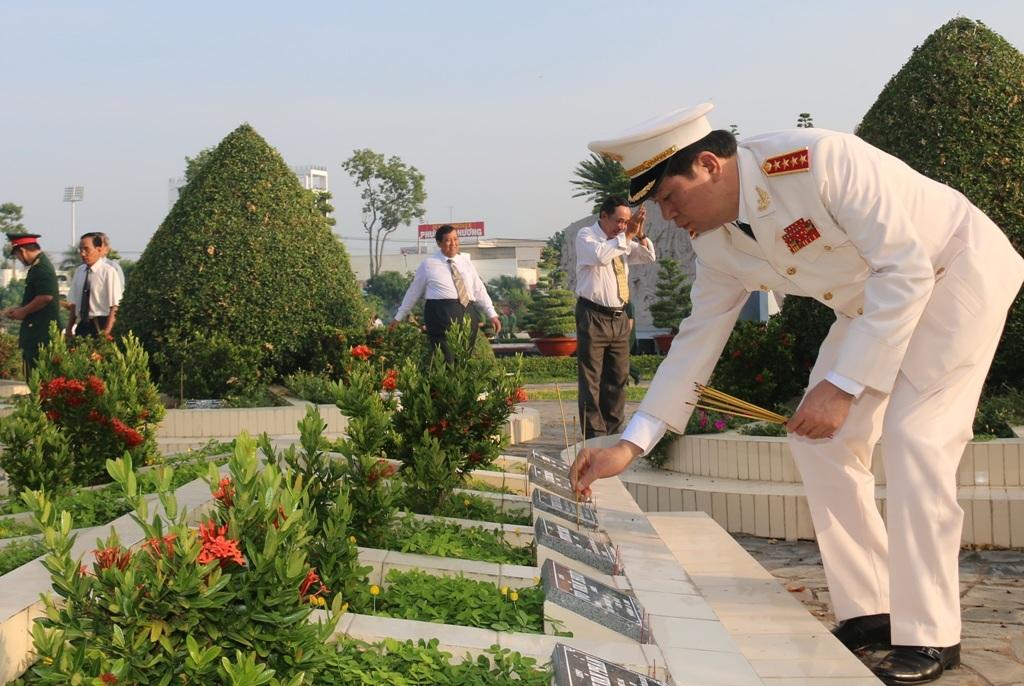 Đại tướng Trần Đại Quang thắp hương tưởng nhớ các anh hùng liệt sĩ.