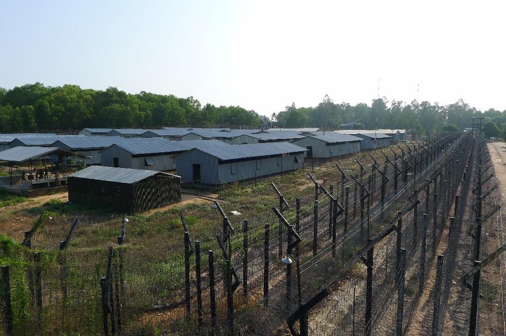 Nhà tù Phú Quốc không có tường cao, xung quanh bao bọc bằng nhiều lớp kẽm gai