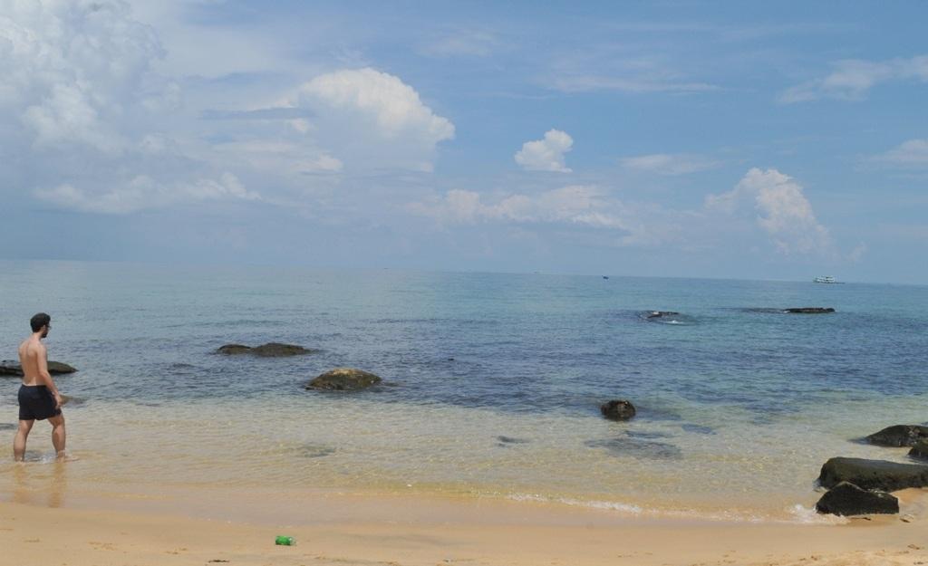 Những bãi biển tự do sau những khu nghỉ dưỡng dọc theo đường Trần Hưng Đạo