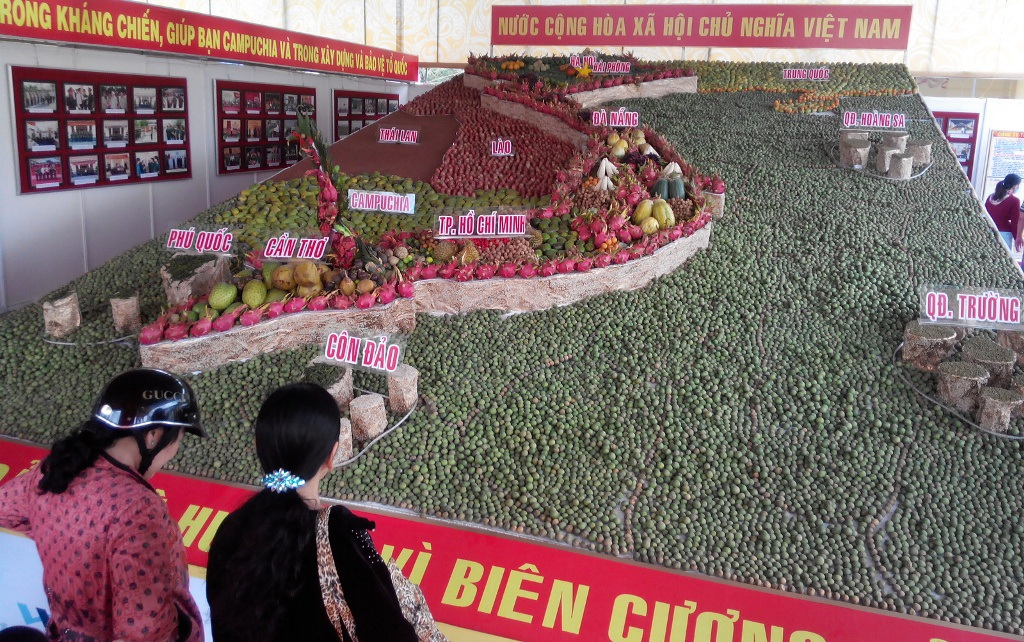 Tấm bản đồ Việt Nam được làm từ 2,643 tấn trái cây do Bộ Chỉ huy Quân sự TP Cần Thơ thực hiện