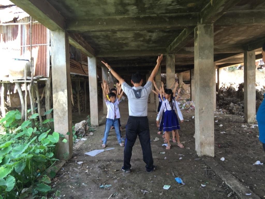 Nguy hiểm hố nước sâu trước trường tiểu học