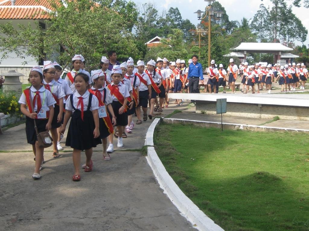 Những ngày lễ lớn, lượng học sinh, sinh viên đến viếng mộ Cụ Phó Bảng rất đông.