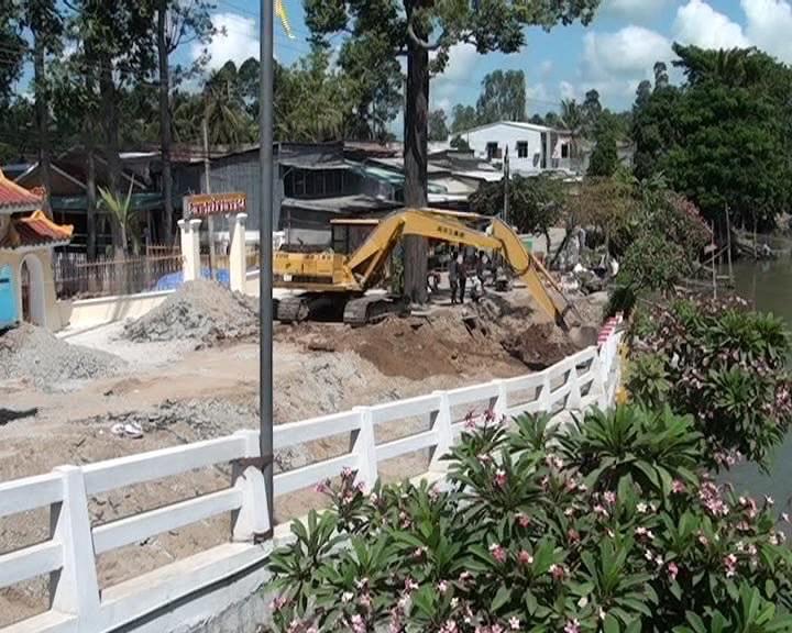 Người dân và chính quyền địa phương dựng hàng rào phần đường dẫn bị sụp, lún