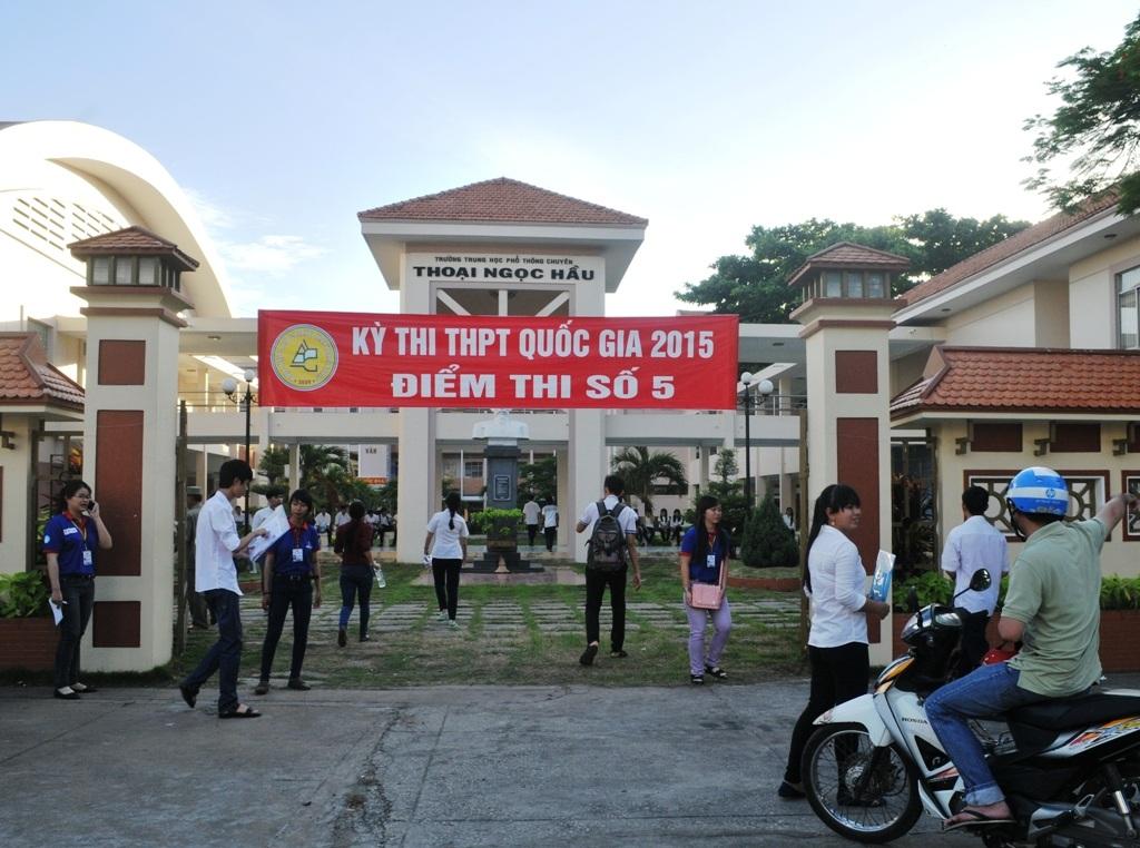 Khoảng 6 giờ nhiều thí sinh đã có mặt tại các điểm thi
