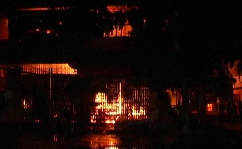 Ngọn lửa bất đầu bùng phát trong nhà lồng chợ vào khoảng 21 giờ đêm ngày 14/7