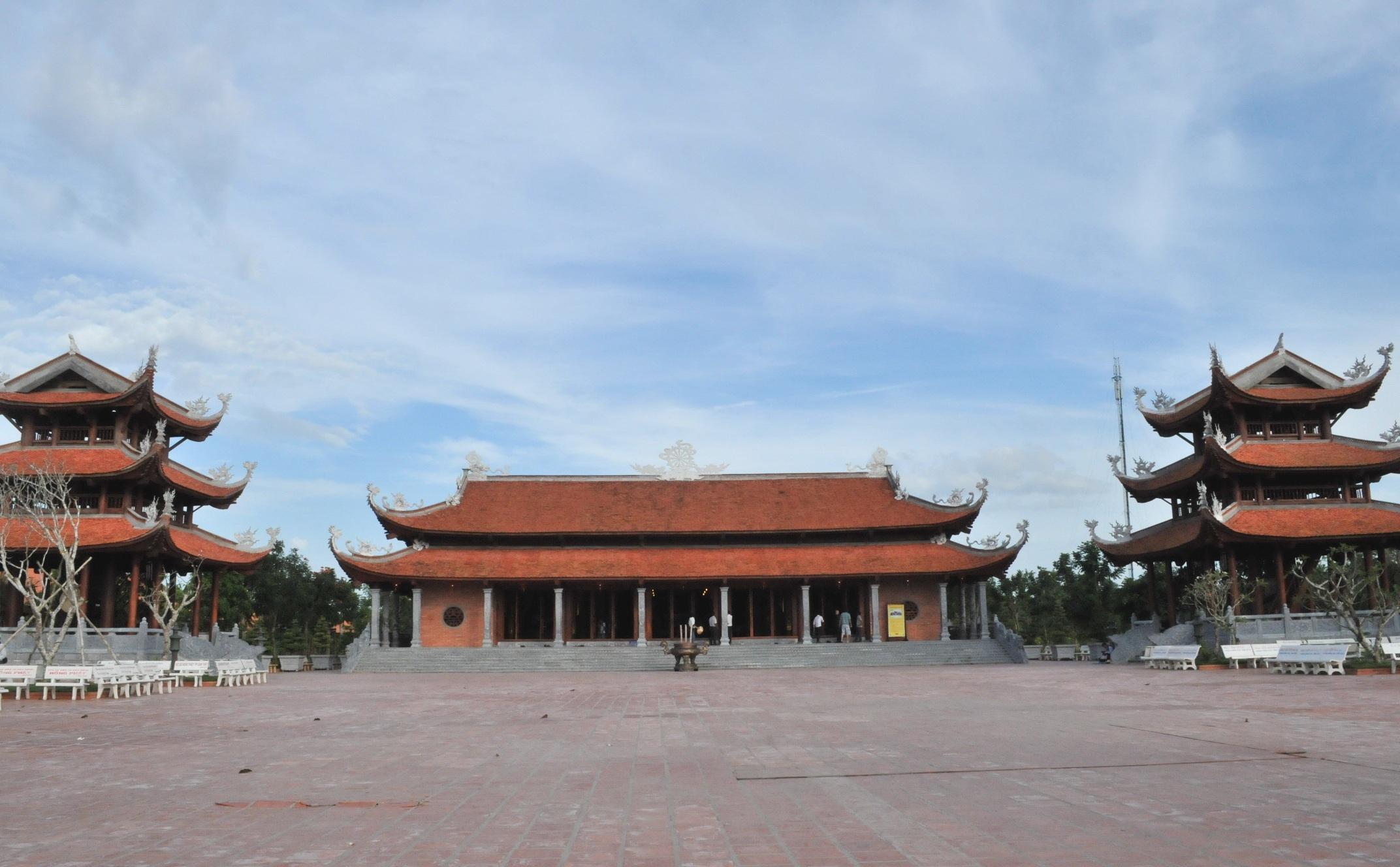 Còn đây là Thiền viện Trúc Lâm Phương Nam uy nghi mọclên giữa trời tây