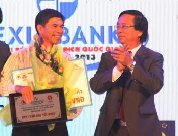 Ông Phạm Ngọc Viễn (phải) chính thức được bổ nhiệm là trưởng giải V-League 2014 (ảnh: Trọng Vũ)