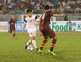 Công Phượng (10) đi bóng trước sự đeo bám của hậu vệ U19 AS Roma