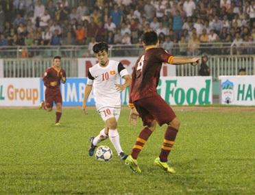 Công Phượng (10) và các tiền đạo U19 Việt Nam cần hiệu quả hơn khi đối đầu với U19 Nhật Bản