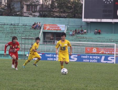 Các trận đấu bóng đá nữ diễn ra dưới các khán đài thưa thớt khán giả