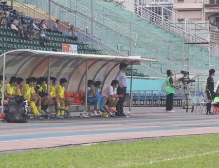 Ở một góc khác, số cầu thủ ngồi trong khu kỹ thuật còn đông hơn số khán giả phía trên