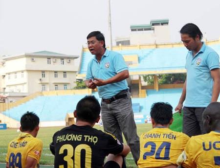 HLV Nhan Thiện Nhân (đứng bên trái) của HV.An Giang phản đối chuyện V-League vẫn có đội rớt hạng